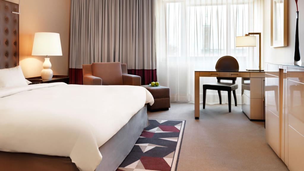 Hyatt-Regency-Cologne-King-Room-Bedroom-1280x720