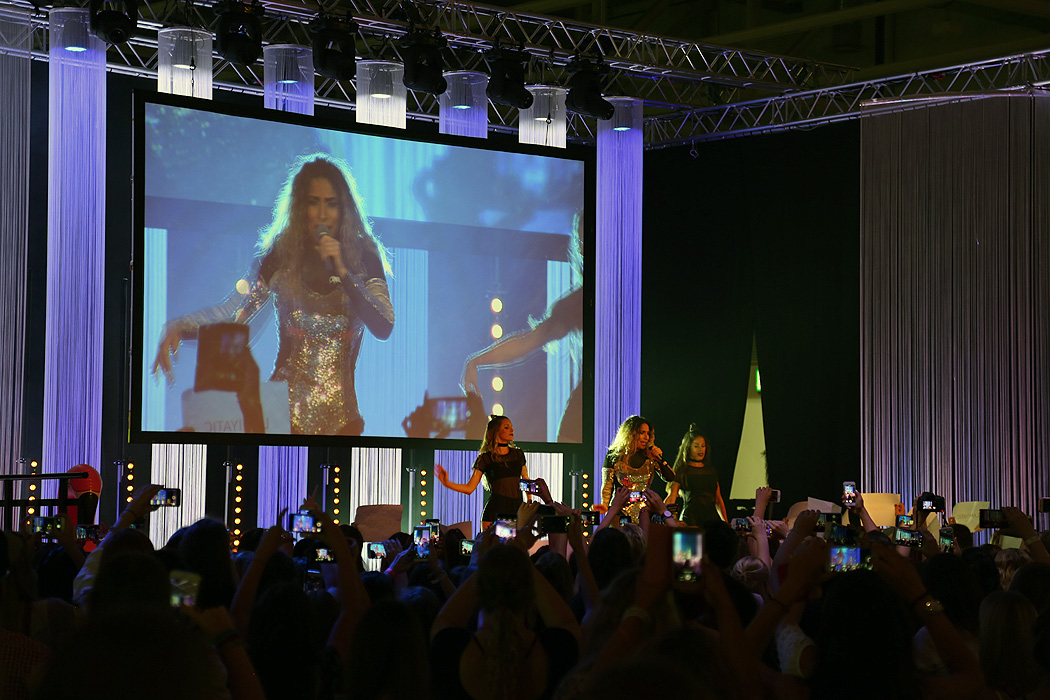 FYLE GLOWCON GLOW Bühnenshow Dounia Slimani
