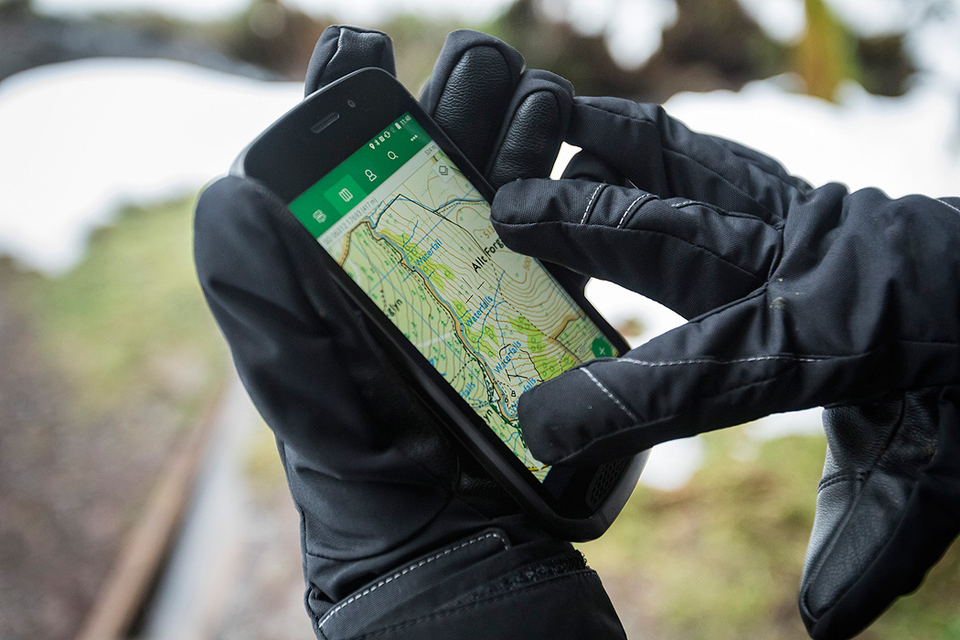 Land Rover Explore Smartphone Nutzung Outdoor Handschuhe Gloves